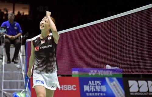 女子シングルス準決勝 タイ選手に勝利し、歓声に応える奥原希望(24日、バーゼル)=共同