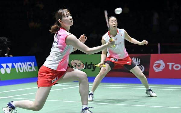 女子ダブルス準決勝 インドネシアのペアと対戦する永原(右)、松本組(24日、バーゼル)=共同