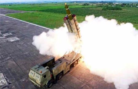 25日付の労働新聞が掲載した「ロケット砲」の試射の写真=コリアメディア提供・共同