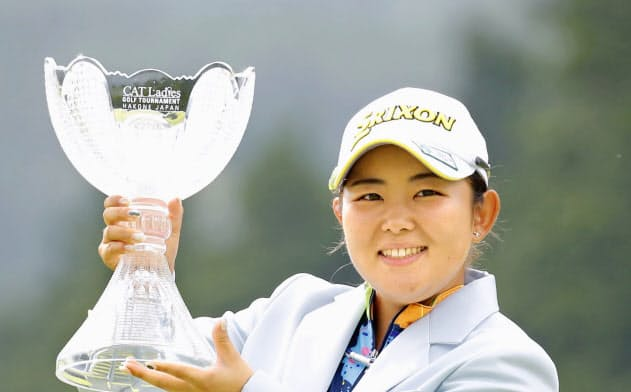 ツアー初優勝を果たし、トロフィーを手に笑顔の浅井咲希(25日、大箱根CC)=共同