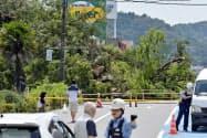 崖崩れで通行止めになった福島県いわき市の県道26号(25日午後0時42分)=共同