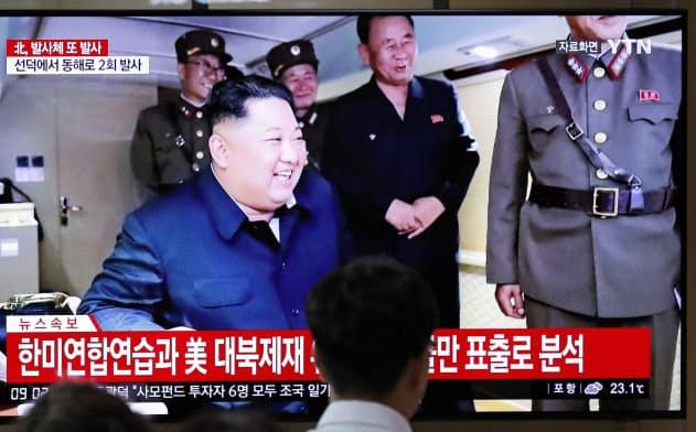 ソウル駅で映し出され?#20426;?#21271;朝鮮のミサイル発射を伝える映像(24日)=AP