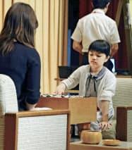 藤沢里菜女流本因坊(左)と公開対局する仲邑菫初段(25日午後、広島市)=共同