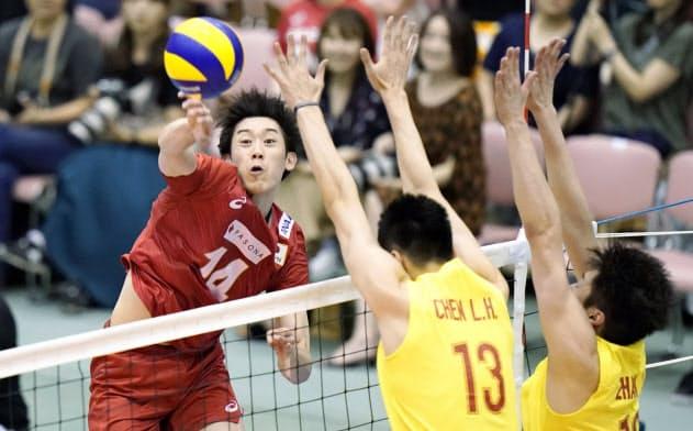 日本―中国 第1セット、スパイクを放つ石川(25日、薩摩川内市総合体育館)=共同