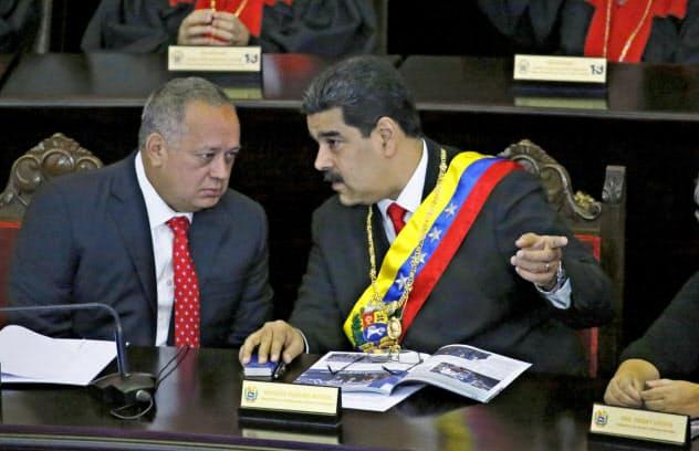ベネズエラのマドゥロ大統領(右)とカベジョ制憲議会議長(1月、カラカス)=AP