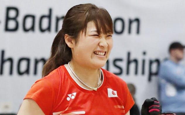 女子シングルス(車いすWH1)決勝 タイ選手からポイントを奪いガッツポーズの里見紗李奈(25日、バーゼル)=共同