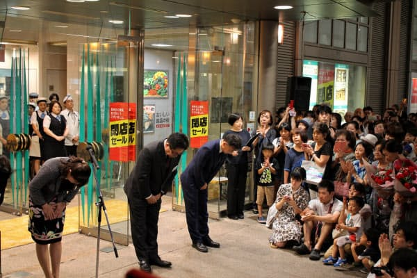 閉店セレモニーであいさつする小杉店長(左)ら(25日、富山県高岡市)