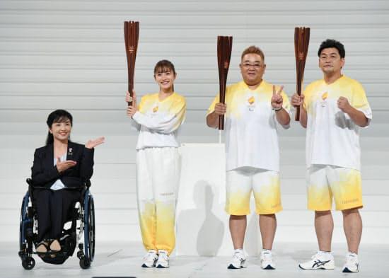 東京パラリンピック聖火リレーのランナーユニフォームを発表する石原さとみさん(左から2人目)ら(25日、東京都渋谷区)