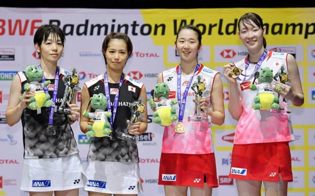 バドミントンの世界選手権女子ダブルスで福島(左から2人目)、広田組を破って優勝し、笑顔の永原(右から2人目)、松本組。日本勢初の?#31574;B覇を達成した(25日、?#25915;ぅ工違些`ゼル)=共同