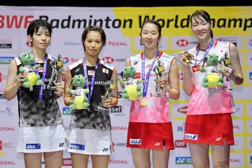 バドミントンの世界選手権女子ダブルスで福島(左から2人目)、広田組を破って優勝し、笑顔の永原(右から2人目)、松本組。日本勢初の2連覇を達成した(25日、スイスのバーゼル)=共同