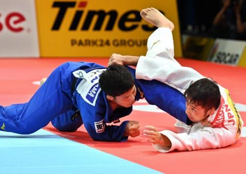 男子60キロ級3位決定戦で高藤(右)から技ありを奪う永山