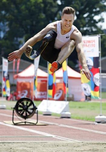 東京パラリンピック開幕1年前のイベントで、大ジャンプを披露する男子走り幅跳びのマルクス・レーム(25日、東京・代々木公園)=共同
