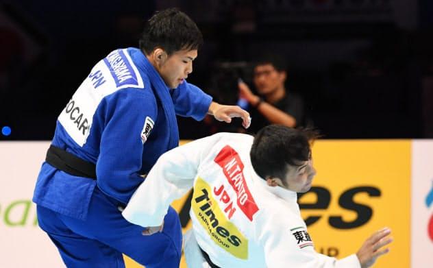 男子60キロ級3位決定戦で高藤(右)を攻める永山