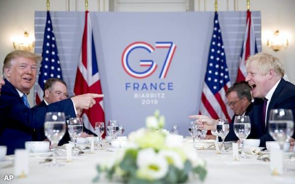 朝食会に臨むトランプ米大統領(左)とジョンソン英首相(右)(25日)=AP