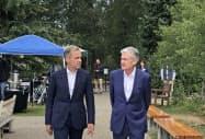 会場近くで話すパウエル議長(右)とカーニー総裁(23日、米ジャクソンホール)