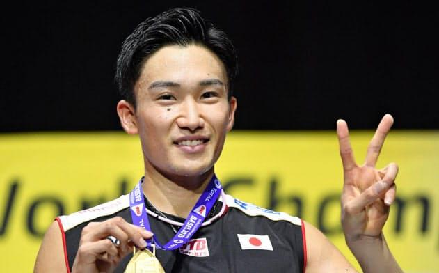 バド世界選手権男子シングルスで優勝し、金メダルを持ち笑顔の桃田=共同