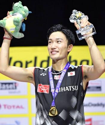 バドミントンの世界選手権男子シングルスで優勝し、ガッツポーズする桃田賢斗。日本勢初となる2連覇を達成した(25日、スイスのバーゼル)=共同