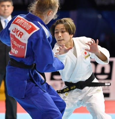 女子48キロ級決勝でウクライナ選手に敗れた渡名喜(右)