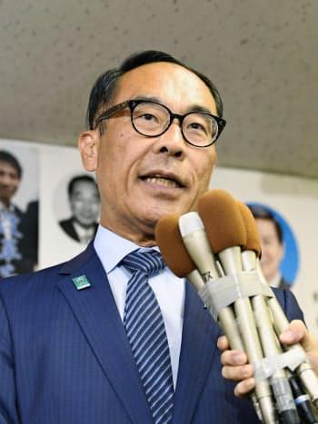 埼玉県知事選で当選が確実となり、記者の質問に答える大野元裕氏(25日夜、さいたま市)=共同