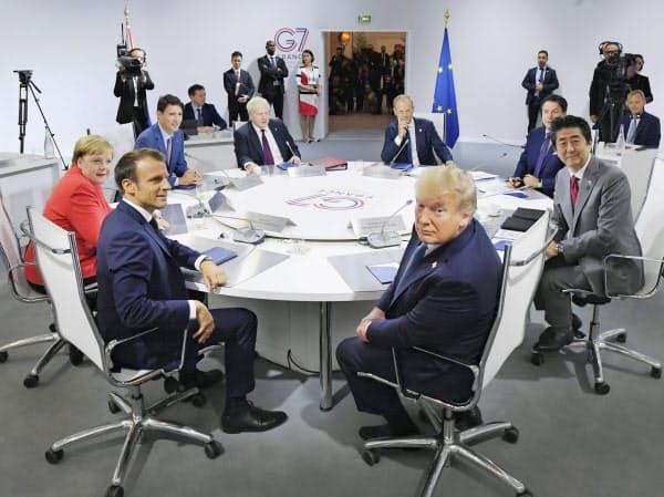 討議を前に写真撮影に応じる各国首脳。(25日、フランス南西部ビアリッツ)=代表撮影・共同