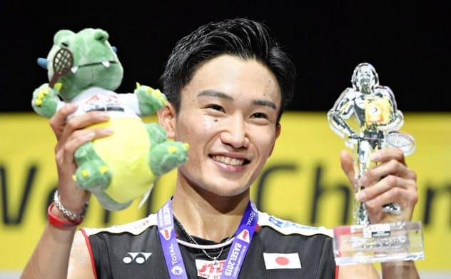 バドミントンの世界選手権男子シングルスで優勝し笑顔の桃田賢斗。日本勢初となる2連覇を達成した=共同