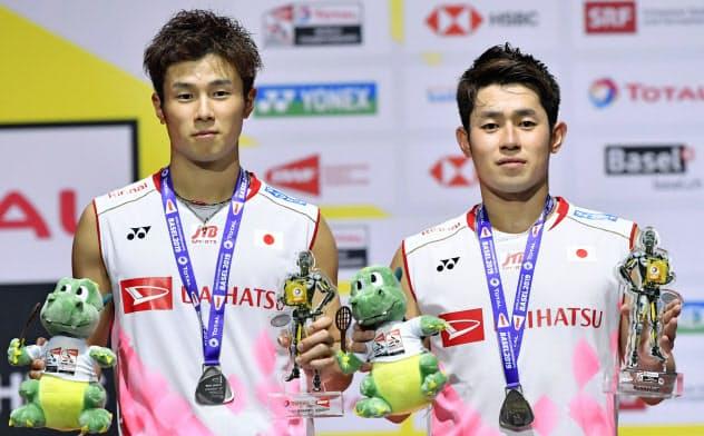 男子ダブルスで銀メダルを獲得した保木(右)、小林組(25日、バーゼル)=共同