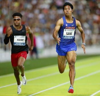 男子100メートル決勝 10秒05で3位のサニブラウン・ハキーム=右(25日、マドリード)=共同