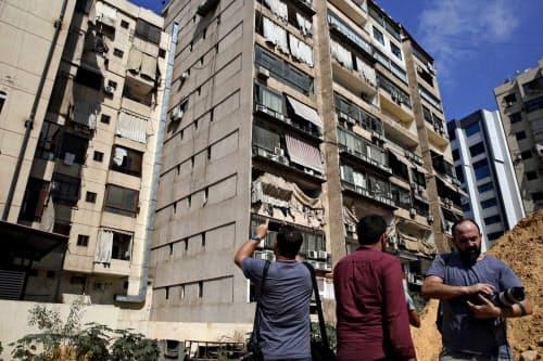 イスラエルの無人機とみられる爆発で被害を受けた建物(25日、ベイルート)=AP