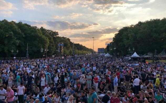 野外コンサートに集まった聴衆