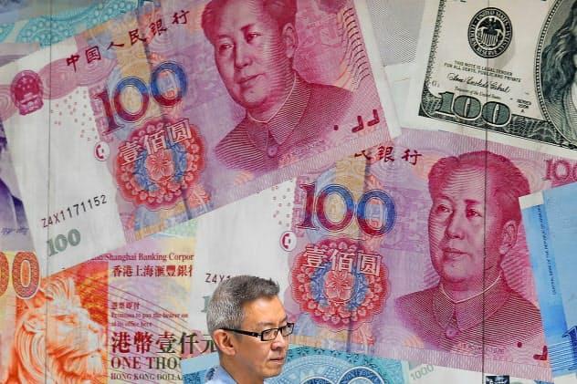 中国人民元に改めて売り圧力が強まった(香港の外貨両替店)=AP