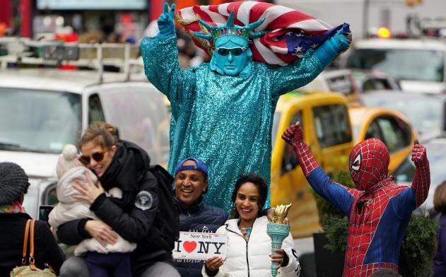 ニューヨークのタイムズスクエアでコスプレをしてチップ目当てで写真撮影に応じる人たち。海外からの観光客が主なお客だ=ロイター