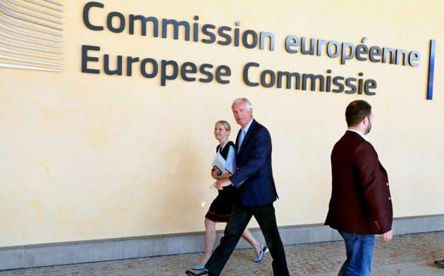 欧州委員会本部の前を委員会高官が横切る=ロイター