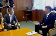 会談する柏崎市の桜井市長(左)と東電ホールディングスの小早川社長(26日、柏崎市役所)