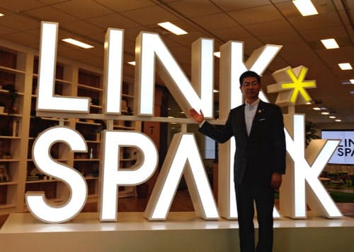NTT西日本の小林充佳社長は「企業の課題と対策を見いだすきっかけの場にしたい」と話す(26日、大阪市)