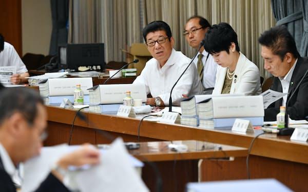 法定協議会で発言する松井大阪市長(奥中央)=26日、大阪市役所
