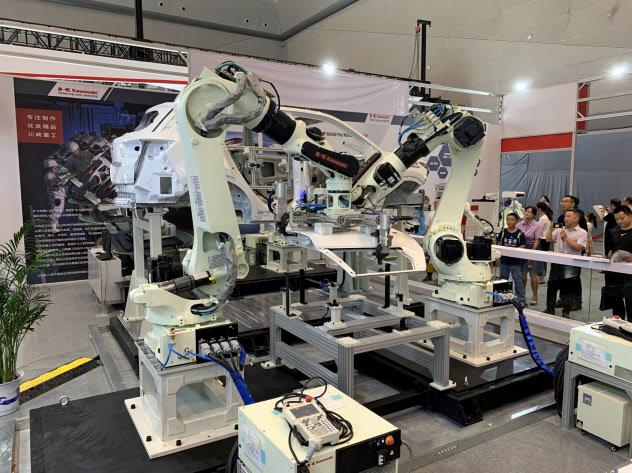川崎重工業が展示したロボット(26日、重慶市)