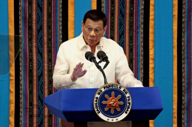 訪中し、南シナ海問題を協議する意向のフィリピンのドゥテルテ大統領(7月、マニラ)=ロイター
