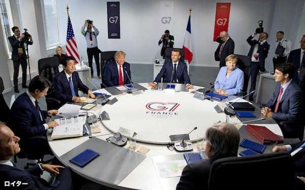 26日、G7サミットで討議に臨む安倍首相(左から3人目)、トランプ米大統領(同4人目)ら各国首脳(ビアリッツ)=ロイター