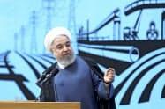 演説するイランのロウハニ大統領(26日、テヘラン)=AP