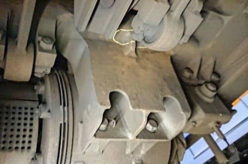 亀裂(線で囲われた部分)が見つかったラピートの台車(南海電鉄提供)=共同