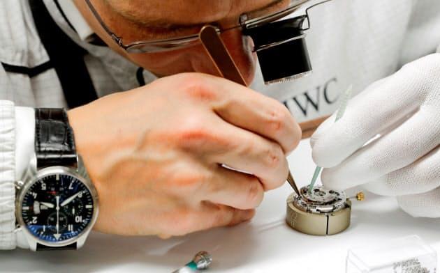 スイスの時計メーカーは香港デモの影響で苦況に。リシュモン傘下のIWCで時計職人がムーブメントを組み立てている=ロイター