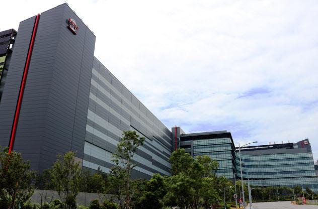 iPhone向けの最先端品を生産するTSMCの工場(18年、台湾・台中)