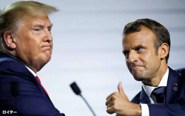 G7サミット後の記者会見に臨んだトランプ米大統領(左)とマクロン仏大統領=ロイター