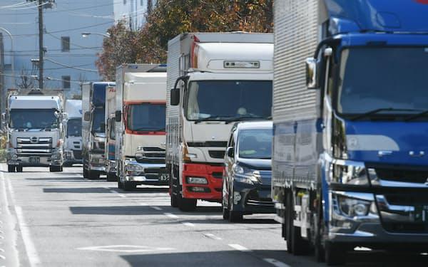 トラックの車列