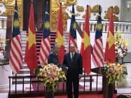 会談したベトナムのグエン・スアン・フック首相(右)とマレーシアのマハティール首相(27日、ハノイ市)