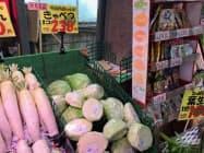 キャベツなどの葉物野菜が値上がりした(都内のスーパー)
