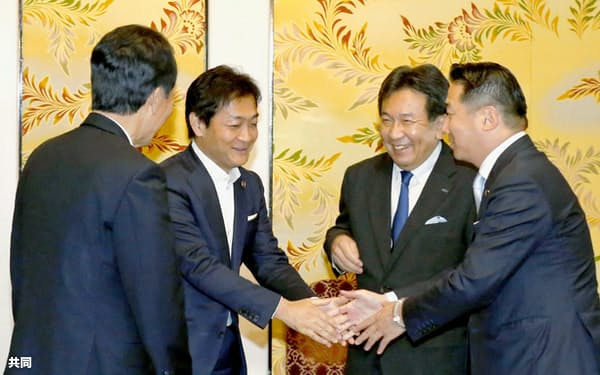 会派をともにすることで合意し、笑顔で握手する国民民主党の玉木代表(中央左)と立憲民主党の枝野代表(同右)ら。参院会派の人事ではせめぎ合いが続く(20日、国会内)=共同