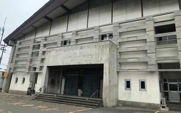 既存の2武道館は老朽化が目立つため、統廃合を検討する(高岡市の富山県営高岡武道館)
