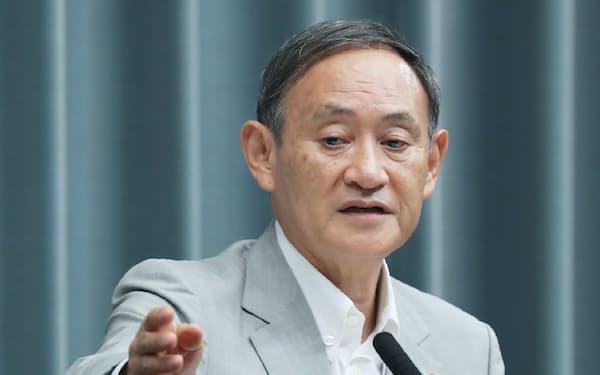 記者会見する菅官房長官(27日、首相官邸)