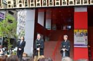 (右から)御園座であいさつする中村梅玉さん、中村獅童さん(27日、名古屋市)